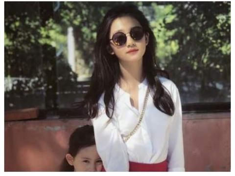 黄磊14岁女儿穿衬衫开叉被提醒:我打耳洞还染发,却不影响我优秀