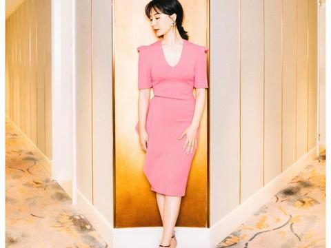 有一种韵味美叫陈数,一袭粉色缎面裙娇俏明艳,42岁美得知性高级