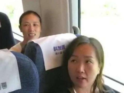 女子高铁上霸座不让, 还怒对乘警, 网友: 你也考博士了?