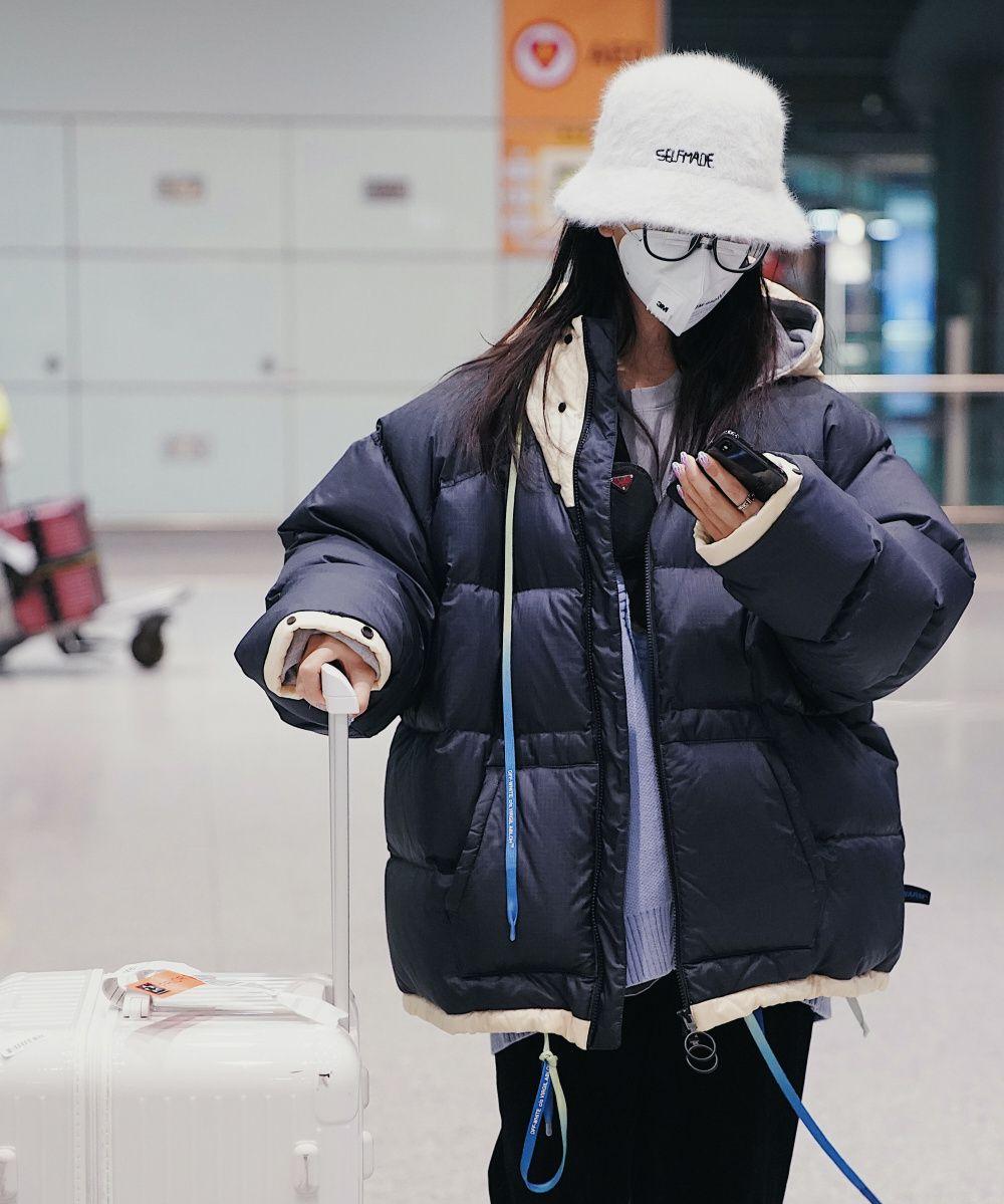 杨超越现身机场,鸳鸯鞋搭配链条包,意外撞上吴宣仪?