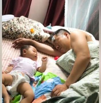 宝宝发烧睡着,爸爸却贴着退热贴盖着被子睡熟,妈妈气得咬牙切齿