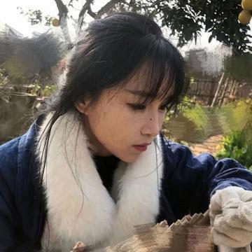 李子柒砍木条把鼻子扎出血,她故意没有擦掉,却有种不一样的美感