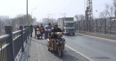 桥面上一女子一条腿已翻过护栏,他直接停车一把拉住,无数人点赞