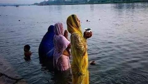 """印度""""恒河水""""能长寿?印度专家:售价5块钱一瓶,只卖给中国"""