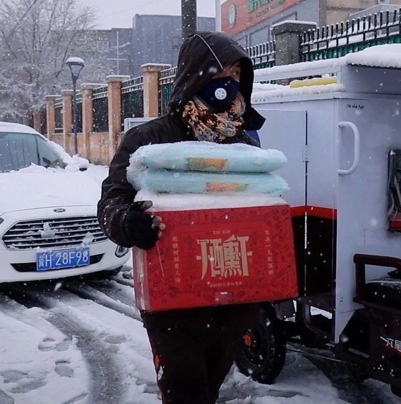 疫情下的众生相:奔走在北京城中村的快递小哥