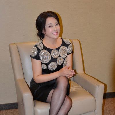 58岁出演还珠格格走红让人痛恶至深, 合照不输小11岁刘晓庆