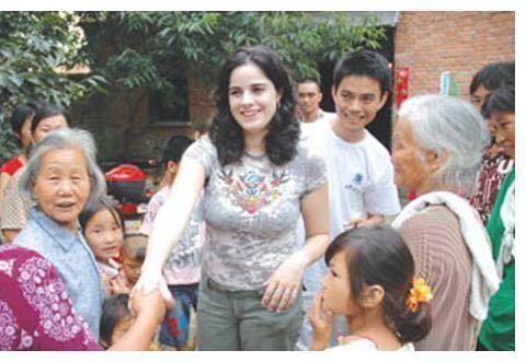 美国岳母来中国探亲,刚到村口就落泪了,中国人怎么这样?