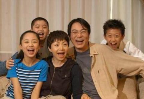 现实版的家有儿女,屠洪刚3次结婚3个孩子,真的很难