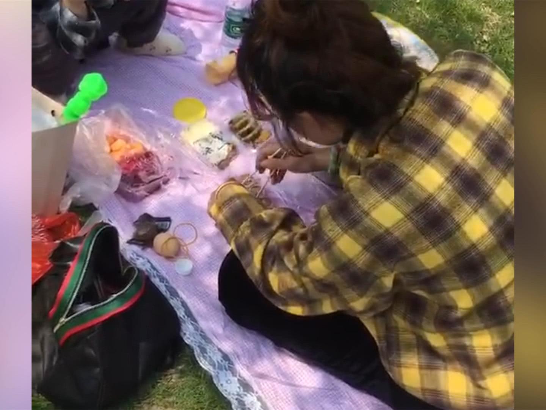 """幼儿园春游野餐需家长自备桌布,看到爸爸准备的东西,""""辣""""眼睛"""