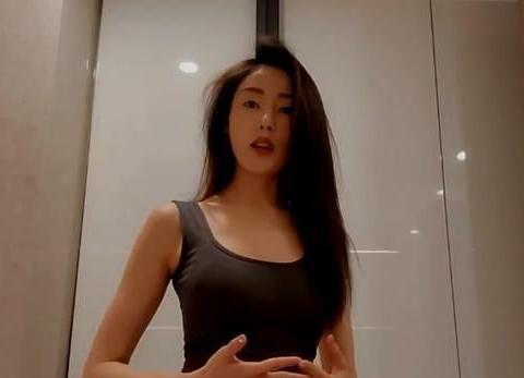 组图:张天爱化身美厨娘剁牛油果 穿紧身背心长发披肩太美艳!
