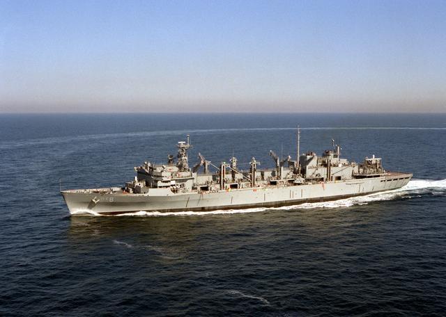 901综合补给舰究竟有多大?和它比,052D驱逐舰化身小不点