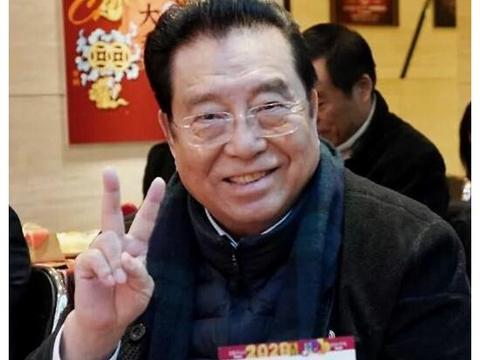 80岁李双江近照曝光,与黄宏同台出席活动,精神矍铄对镜头比耶