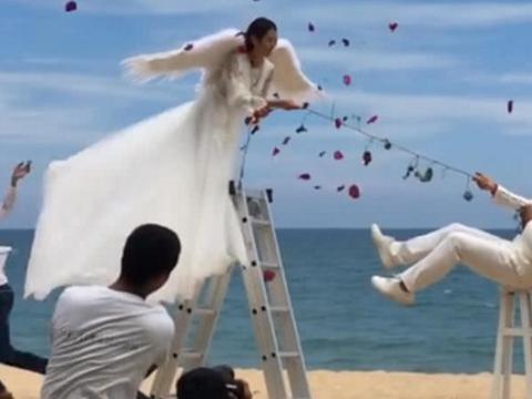 情侣拍摄天使婚纱照,新娘美若天仙,新郎造型尴尬