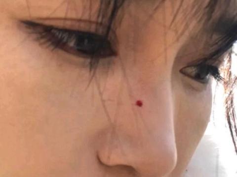 李子柒砍木条把鼻子扎出血,她故意没有擦掉