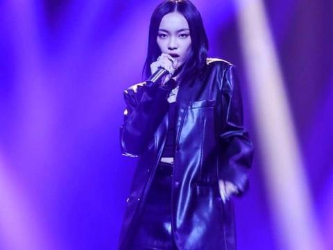 刘柏辛身穿一款黑色的皮质大衣,在台上帅气魅力很好的衬托出来
