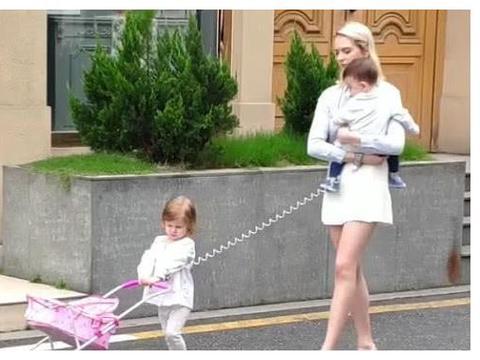 时尚辣妈带俩娃出门遛弯走红,网友:娃娃可爱,好想抱抱她妈妈