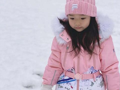 董璇晒女儿小酒窝玩雪萌照,大眼睛长睫毛十足美人胚,和爸爸超像