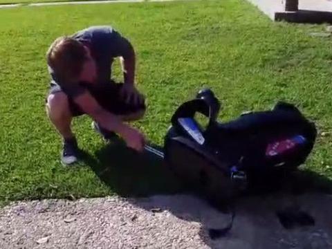 男子发现婴儿车内有异样,抓出的东西令他吃惊不已!