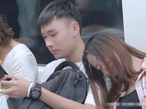 地铁上美女把一旁小伙的肩膀当枕头, 随后小伙的表情亮了!