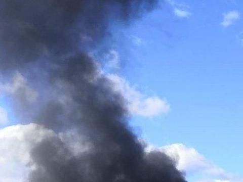 一架战机掠过利比亚海岸,土耳其货轮被炸成三截