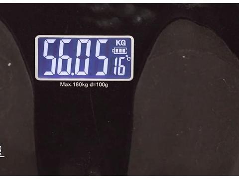 易烊千玺体重只有56KG,引无数迷妹追捧,皮包骨有啥好看的?