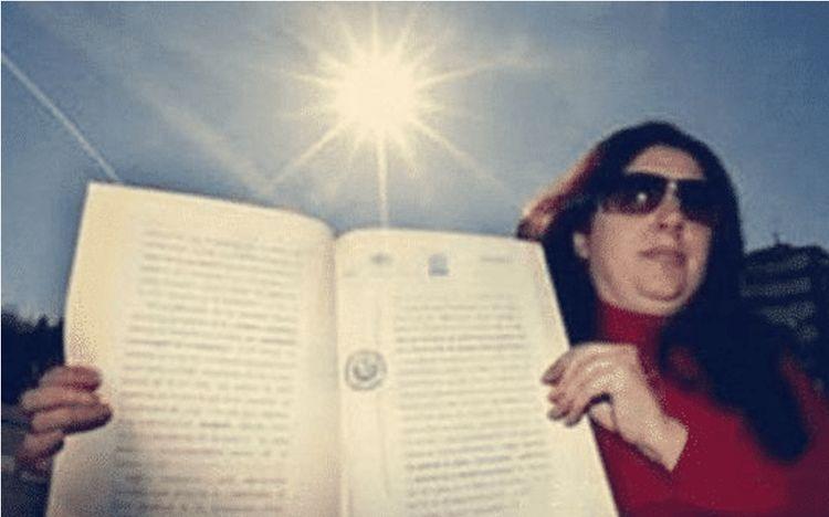 """把太阳申请为""""私有财产""""的女子,向人类收取使用费,她现状如何"""