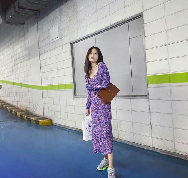 泫雅真爱碎花裙,穿紫色碎花裙出镜,搭配运动鞋个性休闲