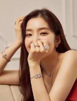 90后韩星裴珠泫,近日遭遇舞台事故被diss,时尚形象却加分不少