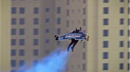 科幻大片既视感!发明家穿上喷气背包在迪拜上空飞行