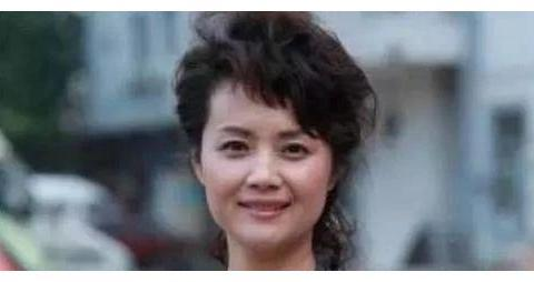 曾美貌不输刘晓庆,二婚20年没有生孩子,今53岁一家四口很幸福