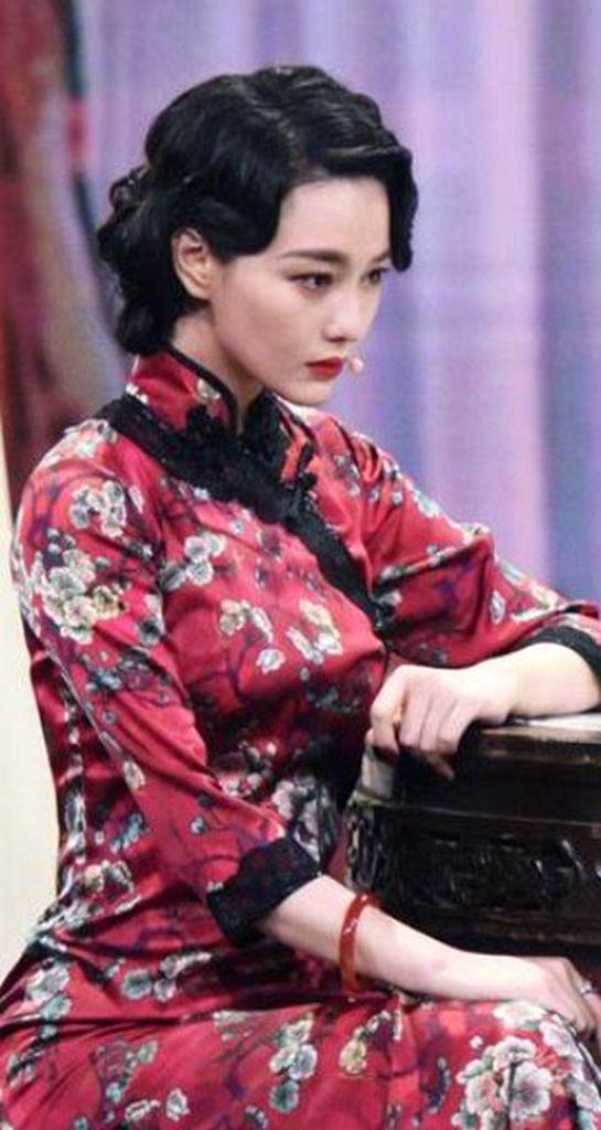 张馨予旗袍高开叉开到大腿根,前凸后翘超有料,32岁美的迷人