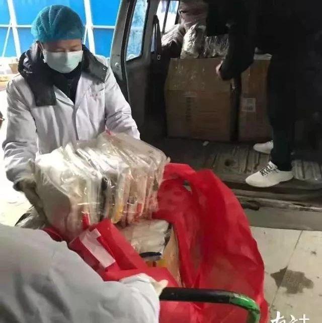徒步10公里,都市丽人员工为一线医护送保暖衣