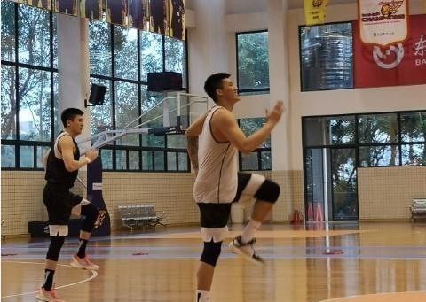 广东队四内线球员苦训! 曾繁日练篮下脚步, 朱芳雨新签新星也加入