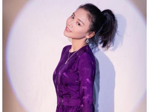 31岁的马思纯身穿紫色缎面长裙,高扎马尾造型,元气少女十足