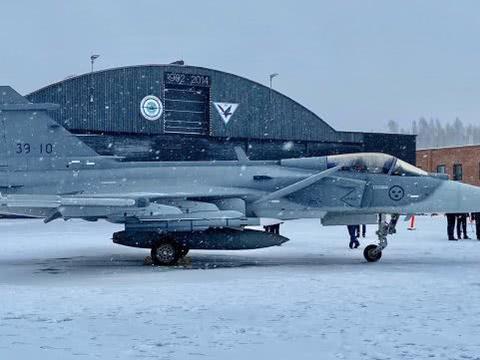 鸭翼战机雪中亮剑,一身挂载让歼10眼红,北欧小国着实强悍