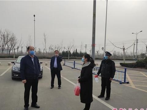 滨州沾化副区长李宝玉到育才实验学校慰问返沾教职工