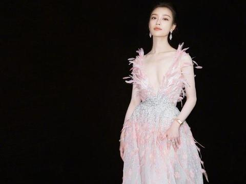 倪妮出席活动,一袭精致的高定羽毛长裙,轻盈柔美的粉色系仙女范