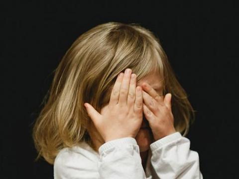 """14岁女孩躲屋看""""不雅视频"""",缺乏性教育,被毁掉的是人生"""
