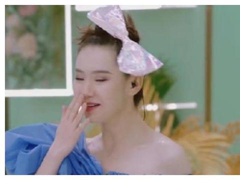 润唇膏只能涂嘴唇?看到郑爽的新用法,就连戚薇都佩服不已