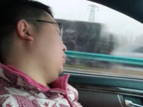 小伙驾驶汽车在高速上飞驰,他却睡起了大觉,看到最后我恍然大悟