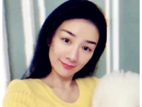 43岁黄奕晒素颜照,看清模样后,网友:确定不是当年的李玉湖吗?