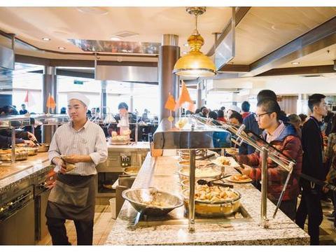 量子号游轮,全天供应的帆船自助餐厅,船尾占据一桌包场大海