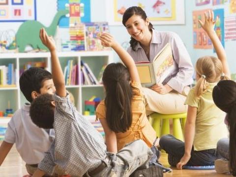 给幼儿一些表现自己独立性的机会,告诉他怎样玩新的玩具