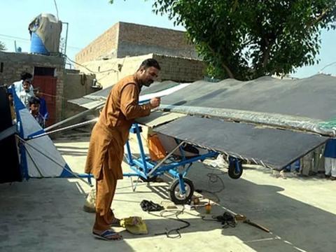爆米花小贩用三轮车零件造出飞机,无照试飞被警察抓了起来