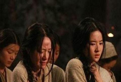 金国将军,当面侵占皇帝之女,又对小兵说:汉人女俘,一人两个