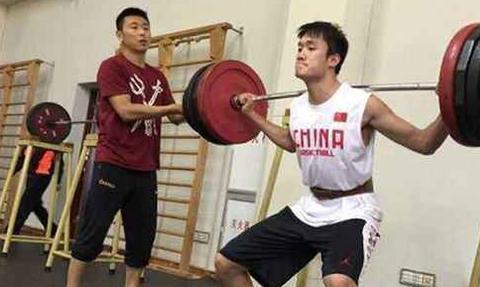 为何男篮逐渐沦为国足水平,看周琦和姚明训练对比,恨铁不成钢