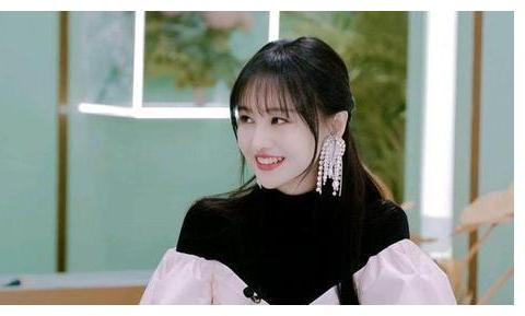 名门泽佳:郑爽节目中分享润唇膏的技巧,手部的滋润效果挺好的