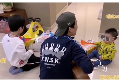 陈楚生家中弹唱两儿子伴奏 父子三人组乐队