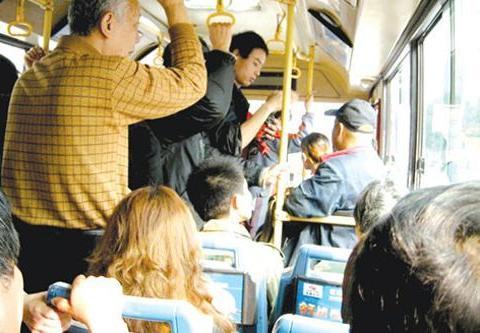 女孩公交车上未让座,遭全车人指责,她下车后所有人都羞红了脸!