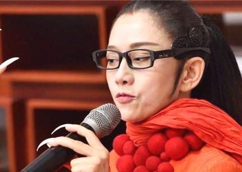 61岁杨丽萍生活不能自理,上厕所洗澡都需要男助理帮忙